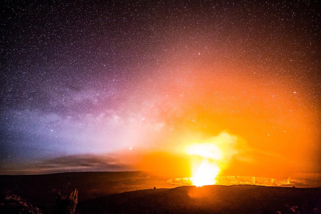 Vulkan und Sternenhimmel auf Big Island, Hawaii, im Februar 2016